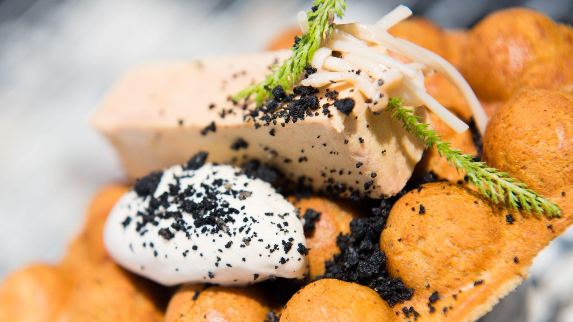 Le Foie Gras, en pressé, Champignons énoki, Fraicheur de Poivre sechuan, Pain gaufré aux Epices